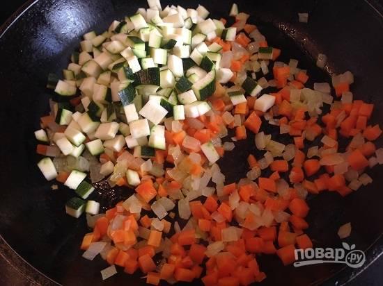 2. Хорошо разогреваем сковороду с растительным маслом и обжариваем минуты 4 лук с морковью, затем добавим цуккини и обжариваем еще минут 5. Все время помешиваем!