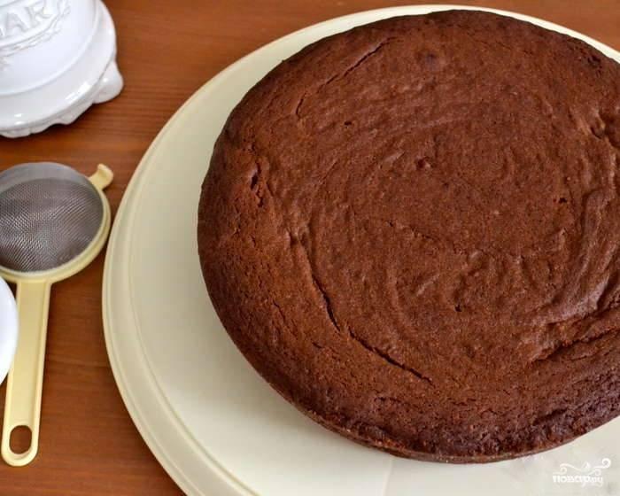7.Выпекайте грушевый пирог с шоколадом в нагретой до 180 °С духовке около 50 минут. Слегка остудите, не вынимая из формы (15 – 20 минут). Только потом освободите пирог от формы и окончательно остудите. Готово! Приятного аппетита!