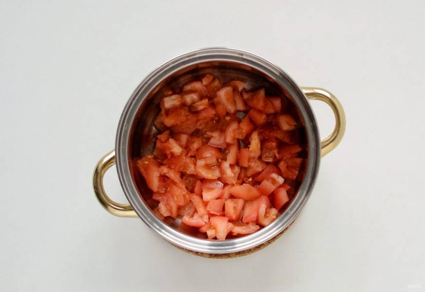 Налейте в кастрюлю воду, добавьте помидоры и доведите до кипения.