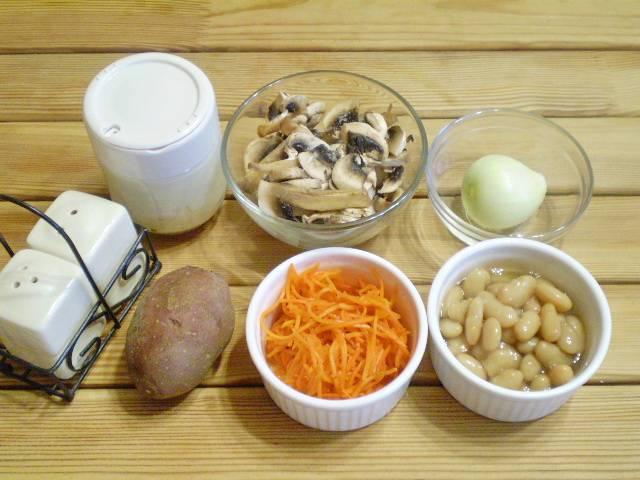 Подготовьте продукты для салата. Отварите заранее клубень картофеля, остудите и очистите от кожуры.
