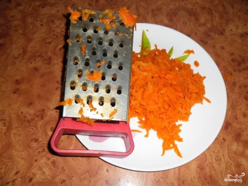 8. Натрите на терке морковь. Мне одной крупной моркови оказалось вполне достаточно. Выложите сверху.