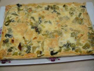 Тесто разложите на форму, выложите на тесто лук, сыр. Взбейте яйца и сливки, смешайте и залейте лук с творогом.  Выпекайте 45 минут при 180 градусах.