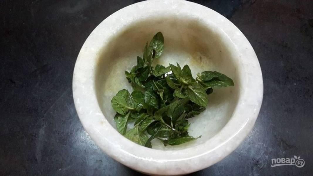 1.Вымойте мяту, оборвите с веточек листочки и переложите их в ступку.