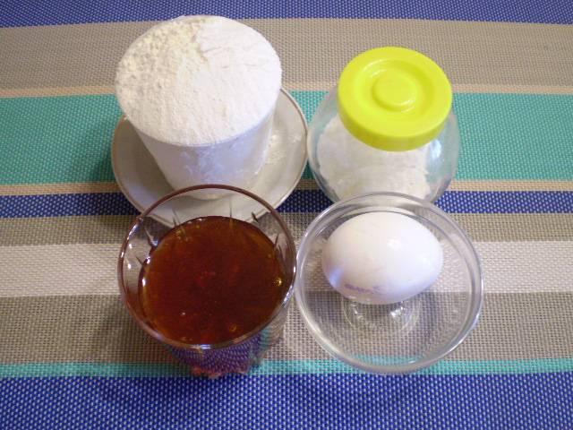1. Для бисквита я выбрала самое ароматное варенье. Приготовьте остальные продукты. Сахар не понадобится из-за очень сладкого варенья.