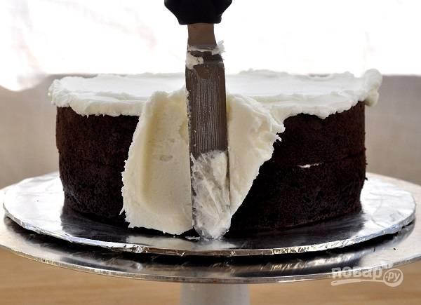 4. Для приготовления крема взбейте крем-сыр с сахарной пудрой и добавьте отдельно взбитые сливки. Перемажьте коржи кремом, смажьте верх и бока.