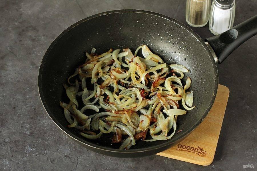 Лук нарежьте перьями или полукольцами и обжарьте на растительном масле до готовности.