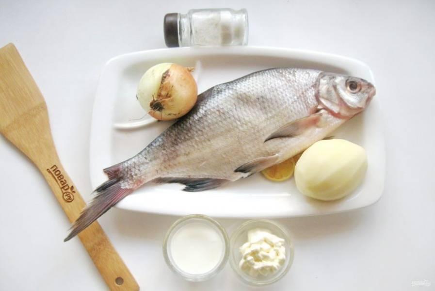Подготовьте ингредиенты для приготовления леща с картофелем.