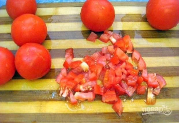 Помытые помидоры измельчите.