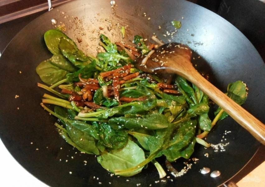 10.Кладу вымытые листья шпината (не нарезаю их, а кладу целиком), готовлю до мягкости.