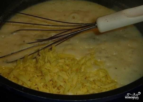 Приготовьте соус. Для этого на сковороде растопите масло, добавьте муку. Обжарьте в течении 2 минут. Затем влейте молоко и бульон. Доведите смесь до кипения, а затем варите соус еще 5 минут. Засыпьте 100 г. тертого сыра и дождитесь момента, когда он полностью расплавится.