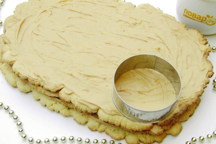 Промажьте коржи кремом и сложите один на другой. Формочкой вырежьте пирожные. Если нет подходящей формы, то просто нарежьте квадратами. Украсьте по вкусу.