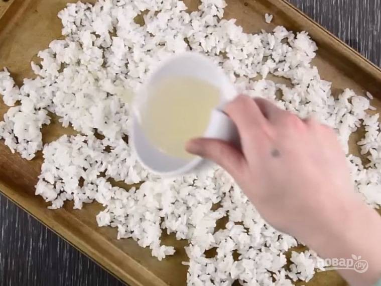 Остывший рис полейте смесью из рисового уксуса.