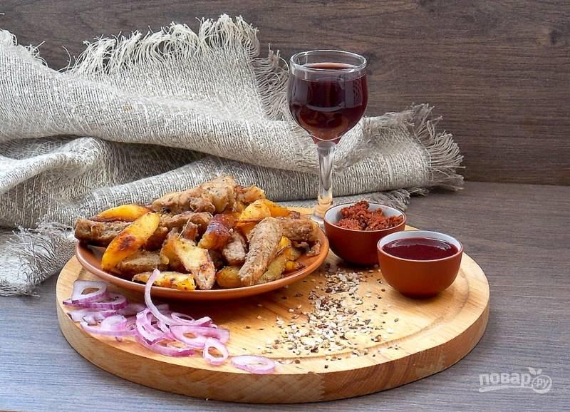 Добавьте мясо к картофелю, перемешайте, закройте крышкой и дайте постоять пять минут. Приятного аппетита!