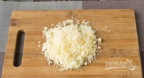 Сыр натрите на мелкой тёрке. Добавьте его к обжаренным ножкам.