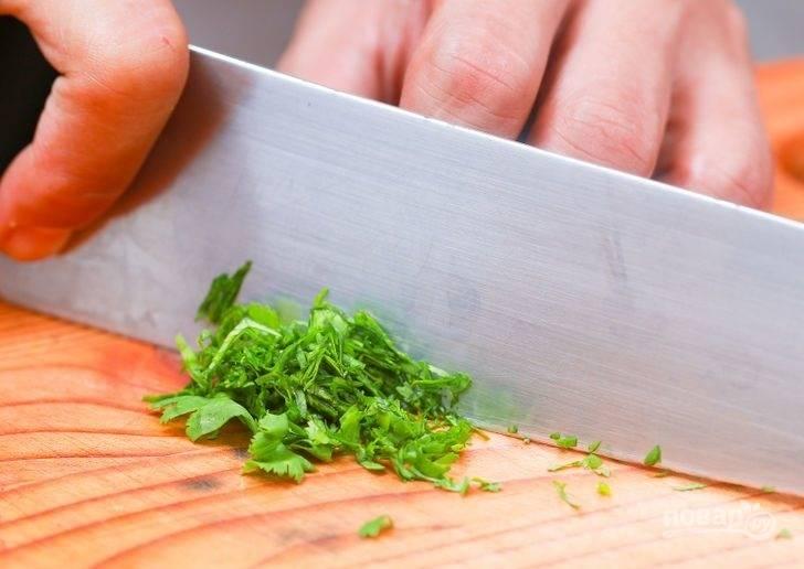 4. Измельчите немного свежей зелени.