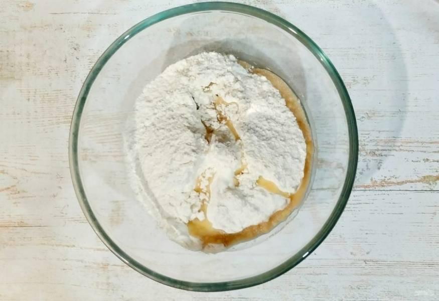 Муку смешайте с солью, водой и оливковым маслом, добавьте немного сухих дрожжей, замесите крутое тесто. Оставьте тесто немного полежать, минут 20.
