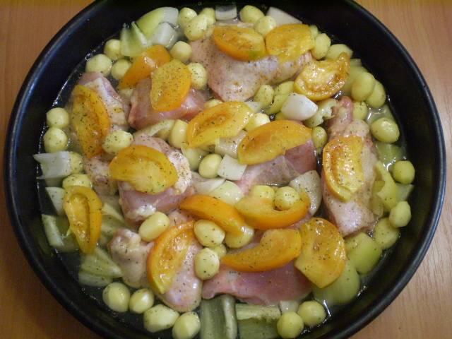 Берем глубокий противень, складываем в него мясо и овощи. Солим, добавляем воду, сбрызгиваем маслом и ставим в горячую духовку на 250 градусов. Время — ориентировочно 45 минут.
