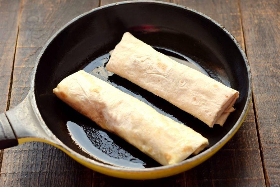 Сковороду подходящего диаметра установите на огонь, поверхность смажьте сливочным маслом. На горячее масло выложите заготовки.