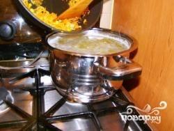 Далее добавляем подготовленный лук и морковь.
