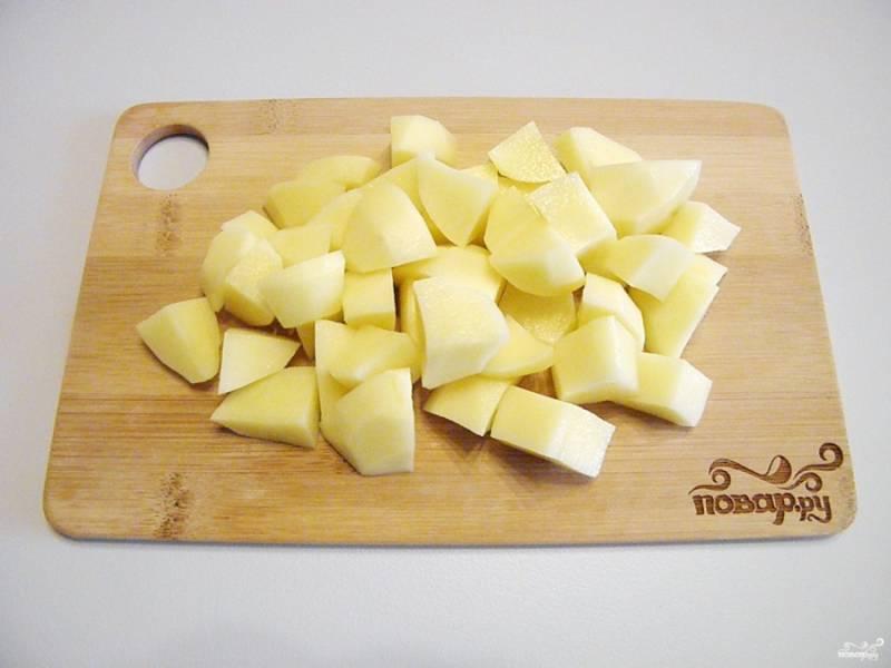 Порежьте картофель кусочками среднего размера.