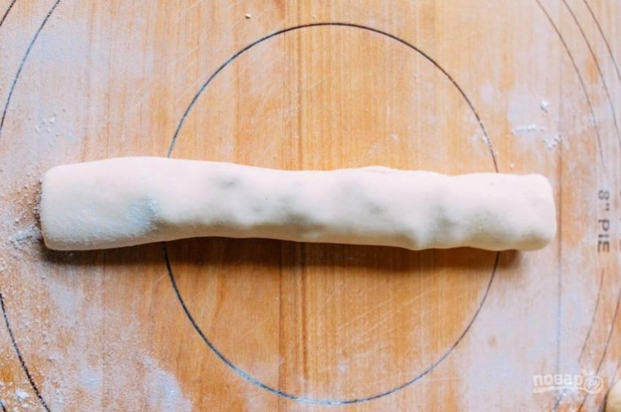 2.Подверните края и сверните тесто в рулет.