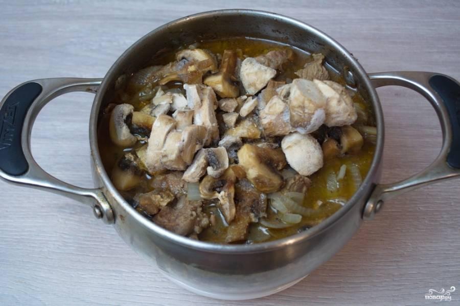 Добавьте в сотейник нарезанные шампиньоны. Мои грибы замороженные. Конечно, можно взять и свежие. Можно взять микс грибов или просто лесные грибы.