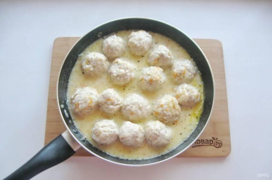 Накройте сковороду крышкой, и тушите куриные тефтели на небольшом огне 10-15 минут.