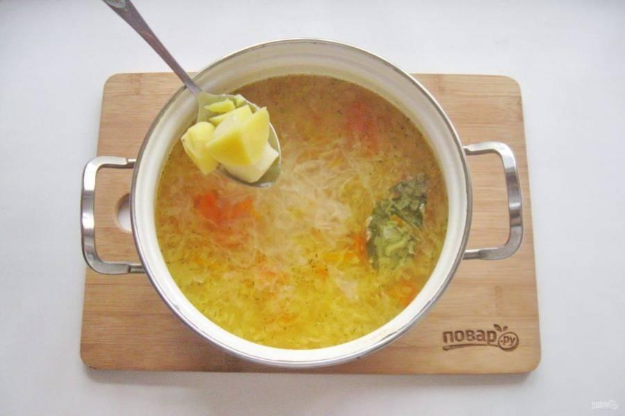 Когда пшено, квашеная капуста, морковь и лук будут готовы, добавьте в кастрюлю отварной картофель.