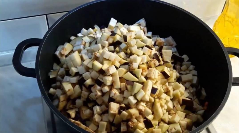 3. Хорошо перемешивайте овощи во время обжаривания. Добавьте баклажаны и обжаривайте их до того, пока они не изменят цвет и не потеряют в объеме. Так как баклажаны впитывают много масла, добавьте его во время приготовления.
