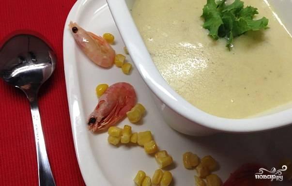 Проварите суп минут 7, а в самом конце всыпьте соль и специи. Нарежьте зелень, добавьте её перед подачей.