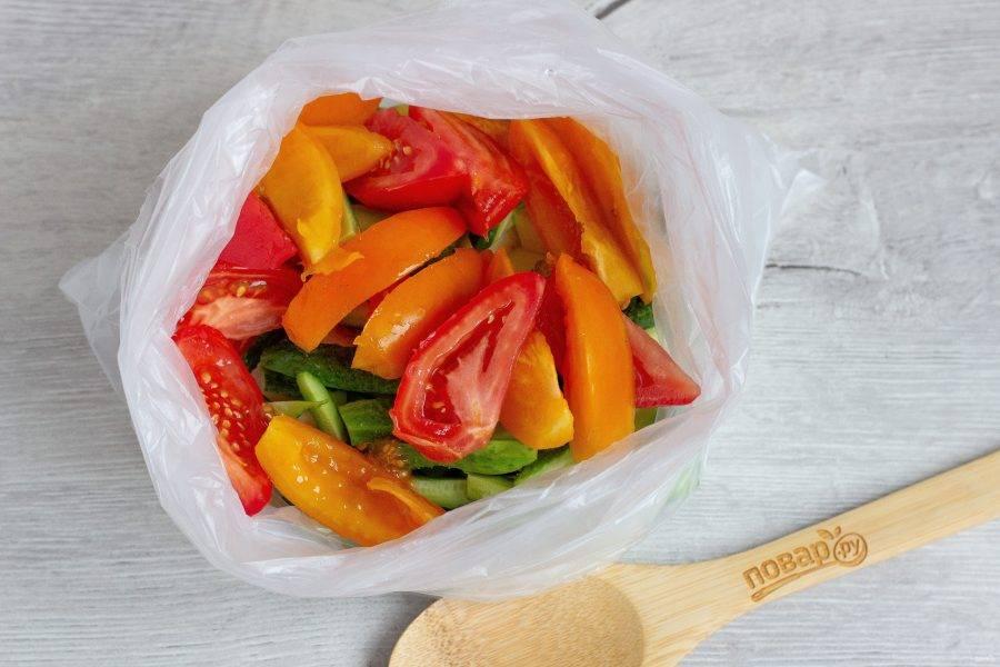 Затем нарезаем сочные помидорки и тоже отправляем в пакет.