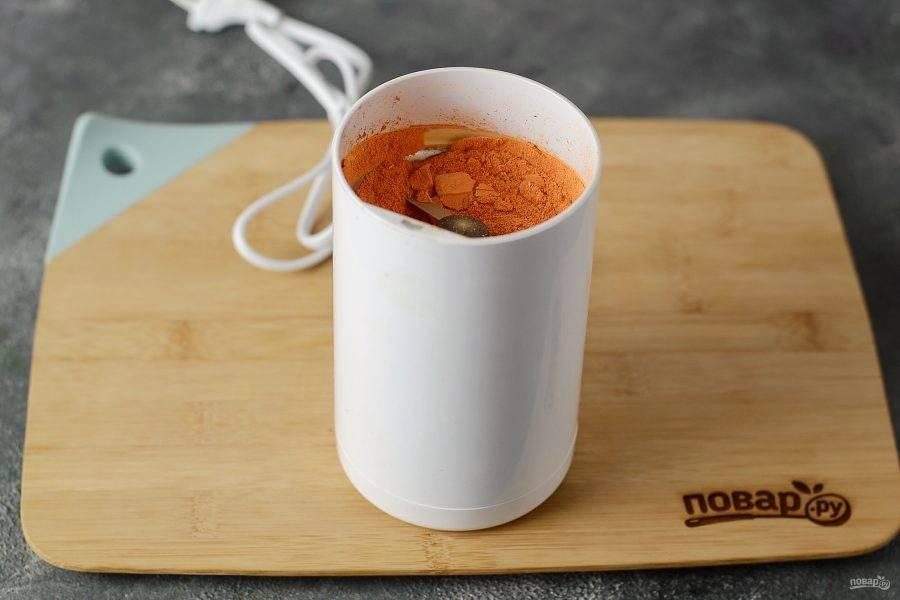 Подсушенную морковь измельчите в кофемолке.