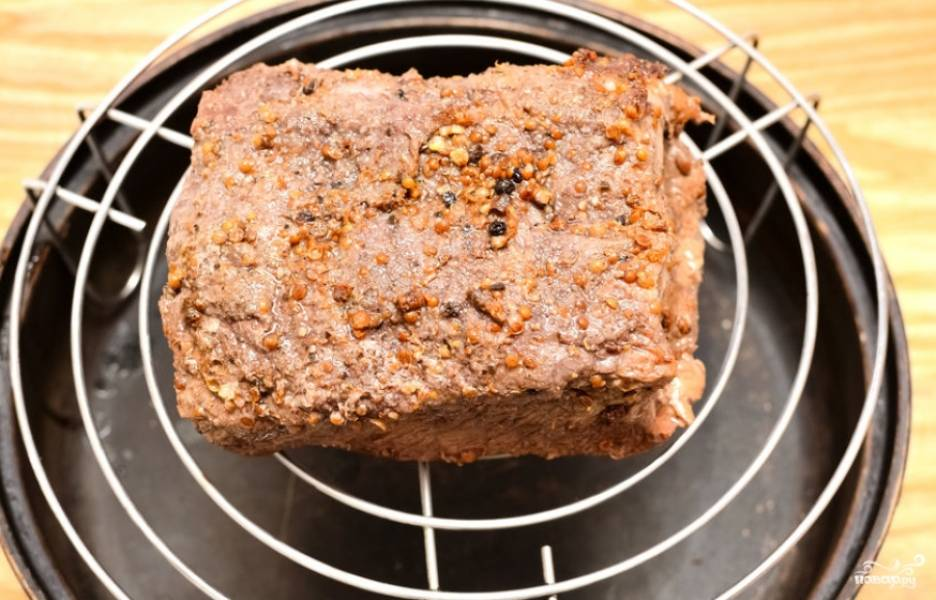 После запекания пастрами следуем полностью остудить и снова поместить в холодильник на 8 часов. После чего остается обжарить мясо на гриле или решетке примерно 7-8 минут.