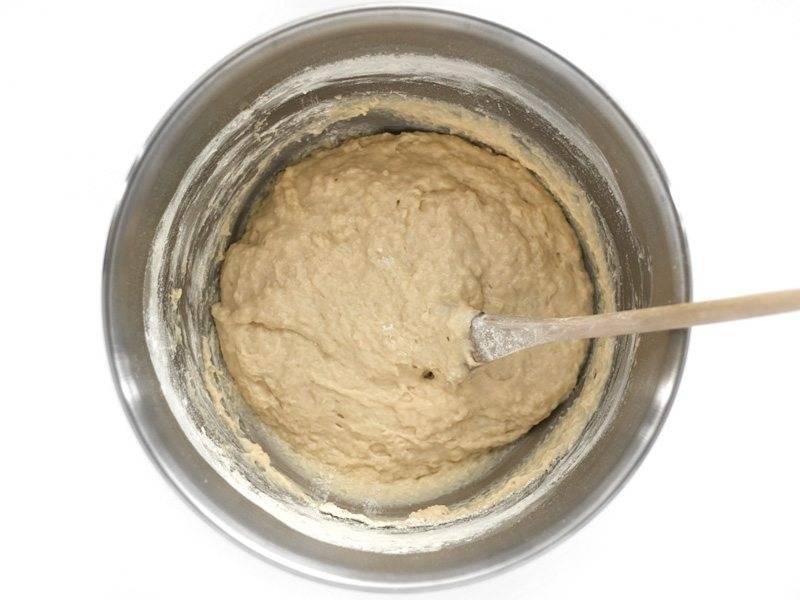 4.Далее добавляйте по 1/3 стакана муки за раз и после каждого добавления тщательно перемешивайте. В общей сложности вы должны добавить 2,5-3 стакана муки. Следите, чтобы тесто не было слишком сухим.