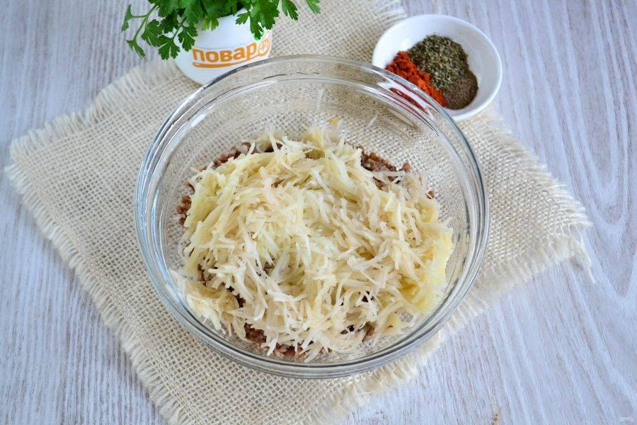 К гречке отправьте натертый на мелкой терке картофель.
