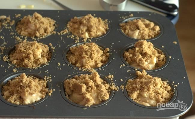 6. Разложите тесто по формочкам, присыпьте крошкой и отправьте в духовку.
