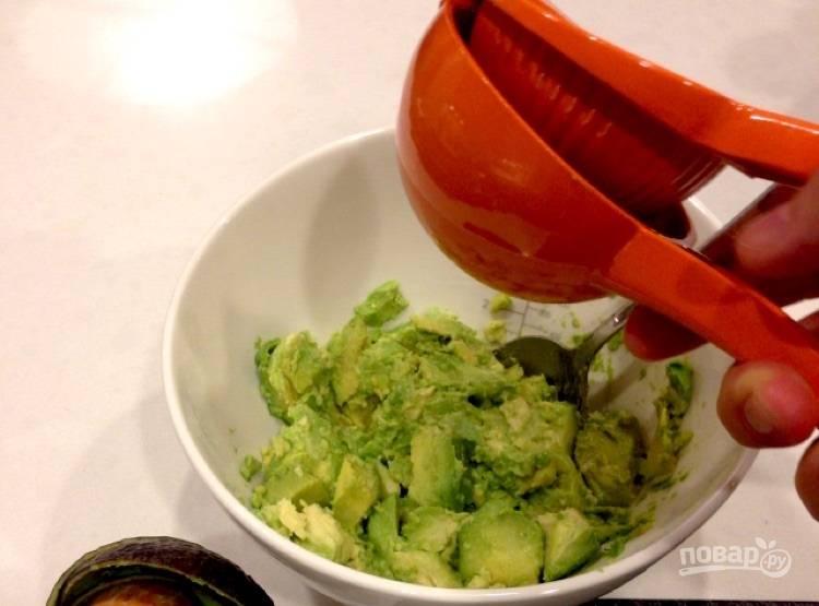3.Разрежьте лайм пополам и выдавите сок одной половинки.