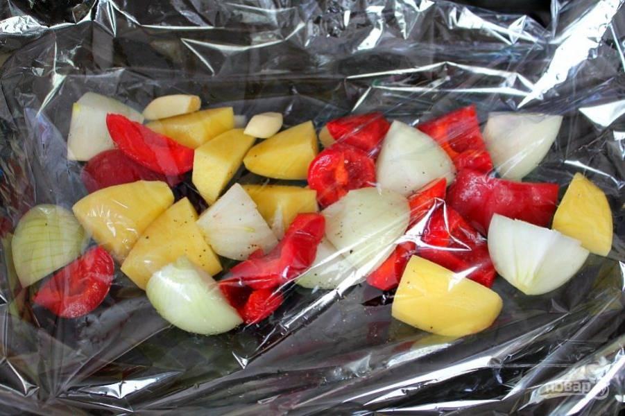 Овощи перекладываем в рукав для запекания, посыпаем их солью и перцем. Наливаем ложку масла на овощи.