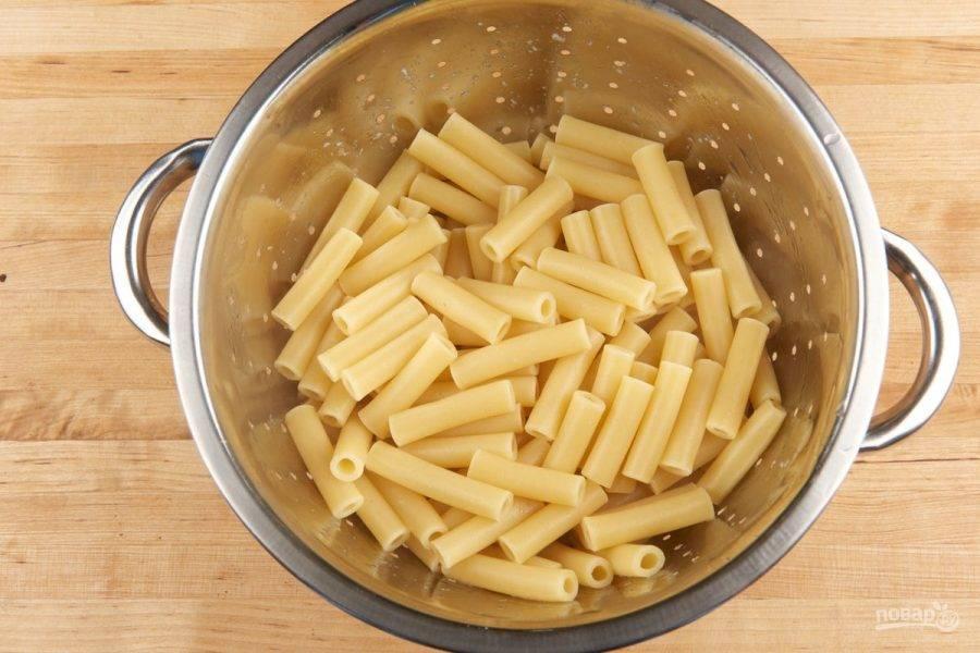 """1. Для начала отварите макароны до состояния """"альденте"""" в кипящей подсоленной воде. Затем их промойте."""