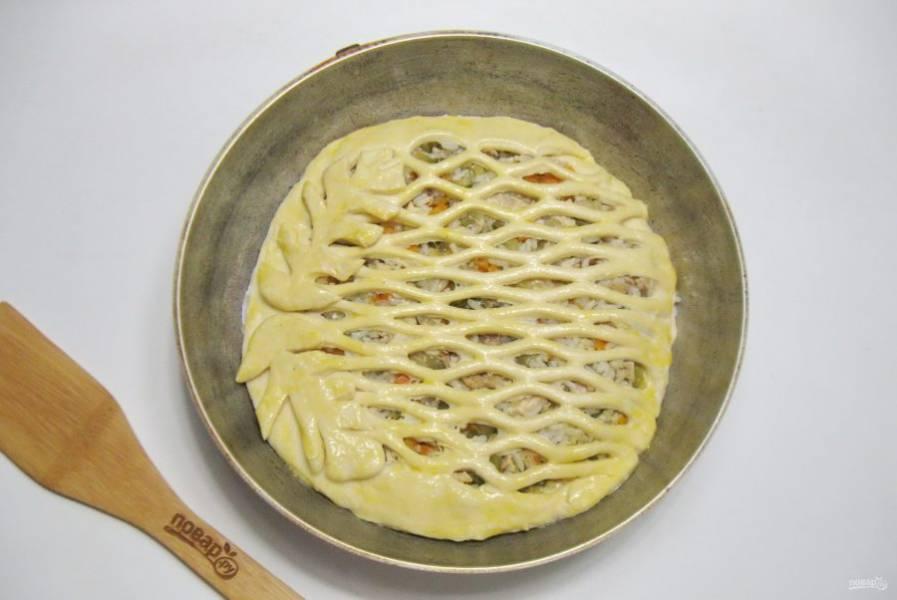 Смажьте пирог яйцом и дайте постоять при комнатной температуре 30 минут.
