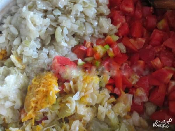 5. В глубокую сковороду налейте немного расительного масла, поставьте на средний огонь, высыпьте все ингредиенты: морковь, лук, перец, помидор. Обжаривайте в течение 10-15 минут, постоянно помешивая.