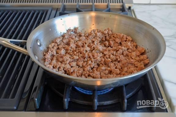 5. Фарш обжарьте на сковороде до коричневого цвета.