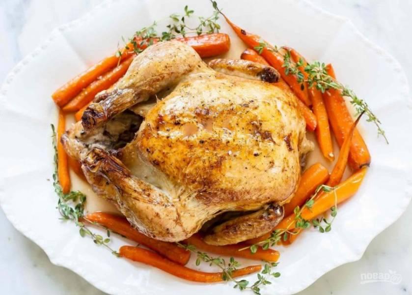 6.Запекайте курицу в разогретом до 220 градусов духовом шкафу 15 минут, затем уменьшите температуру до 190 градусов и готовьте около 1 часа, поливая курицу бульоном каждые 15-20 минут. Готовую курицу достаньте из духовки и полейте винным уксусом, подавайте спустя 10 минут.