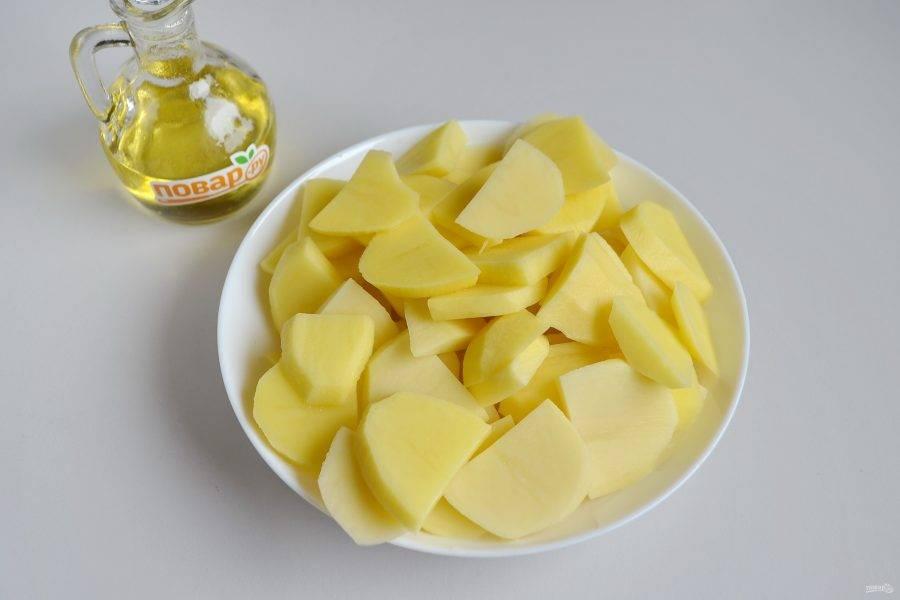 6. Картофель порежьте некрупно брусочками или как на фото, чтобы он успел за короткое время приготовиться.