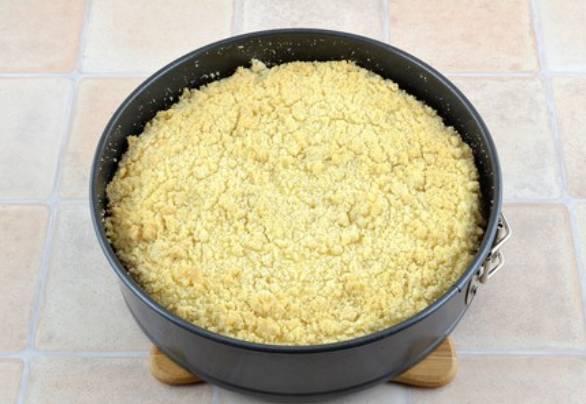 Готовый пирог получается нежно-золотистого цвета.
