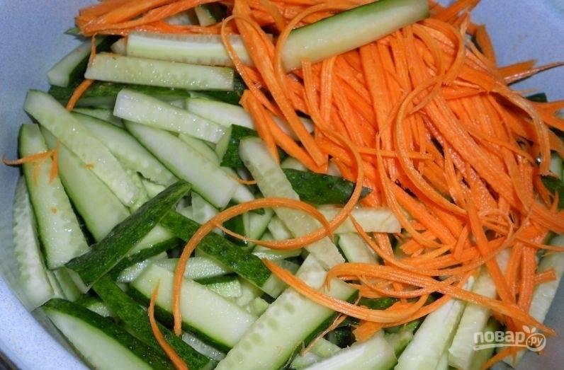 Очищенную морковь натрите на тёрке для корейской морковки. Огурцы нарежьте соломкой.
