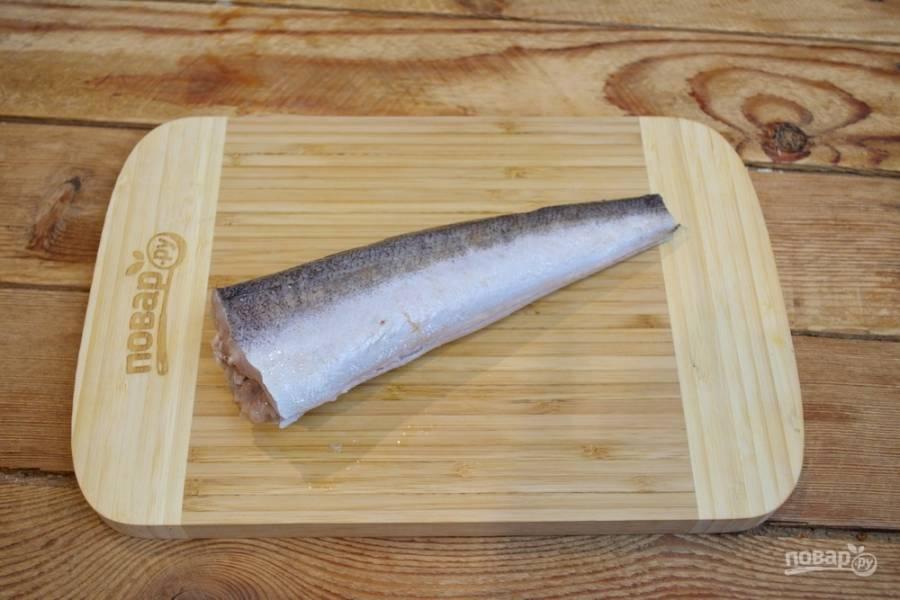 Для приготовления блюда возьмите рыбу. Я взяла королевского хека, но можно взять речную рыбу (сазан). Рыбу надо очистить и разрезать брюшко, выпотрошить и удалить хребет и кости максимально.