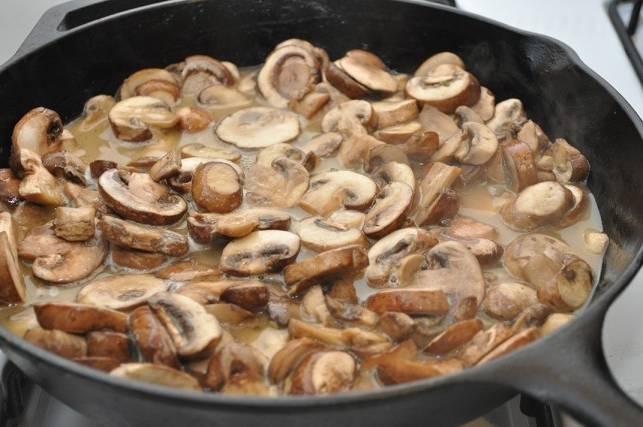 Грибы промойте, порежьте на кусочки. Прожарьте в масле на сковороде.