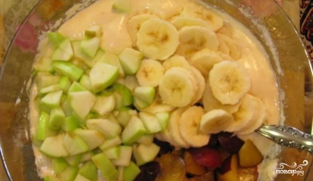 3. Далее добавим муку и фрукты, порезанные некрупными кусочками, перемешаем. Выливаем тесто в форму и запекаем 35-40 минут при температуре 180 градусов.