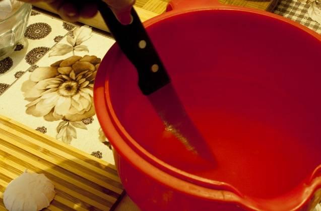 2. Первым делом нужно подготовить зефир. Его необходимо нарезать тонкими пластинками. Если зефир слишком мягкий, то нужно подготовить мисочку с кипятком и окунать в нее нож. Горячим ножом зефир режется ровнее и быстрее.